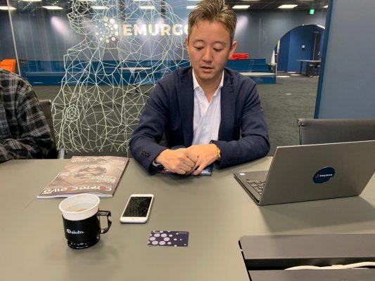 コーヒーカップをニューバランスの靴に例えて真贋検証を説明する吉田氏